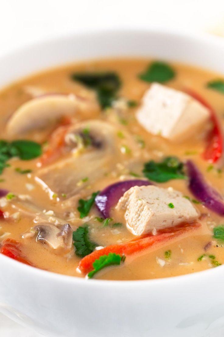 Para hacer esta sopa thai de coco vegana sólo hace falta una olla, así que es una receta muy limpia. Está muy rica y es bastante versátil.