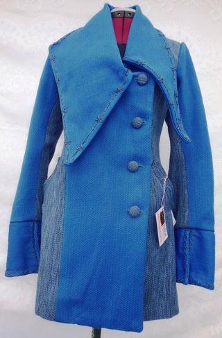 ABRIGO EN LANA DE OVEJA Y LANA ACRÍLICA Abrigo en lana acrílica y lana de oveja, tejido plano telar vertical,  color gama azul, corte princesa, cuello geométrico, cuello y puños bordados a mano. | Elaborado por nuestros Artesanos Colombianos |  ENCUÉNTRALO EN: ->> http://j.mp/1zFjKh7 <<--  www.demipais.co Lo mejor de Colombia para ti!  #ProductosColombianos #DeColombia #CompraLocal #ManodeObraColombiana #Hechoamano #Artesanos #ArtesanosColombianos #Artesanias #Chalecos