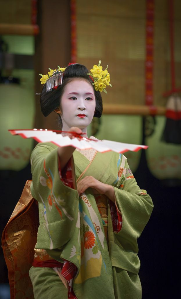 Q3 March Suisen (Daffodil) Kanzashi worn by maiko Fukuharu. Photo by Gaap.