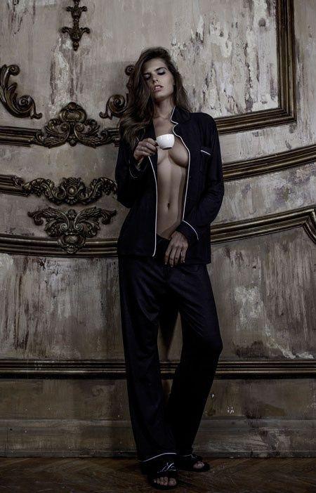Благодаря исключительному крою, говорящему принту и мягкой струящейся ткани, эта пижама Black Bitch наверняка станет вашим (и не только) абсолютный фаворитом! Брюки на резинке, с пояском и задним кармашком, удлиненный жакет с кармашком на груди и классическим воротником - идеальная комбинация для идеальной пижамы!  Состав: 100% бамбук Цвет: черный