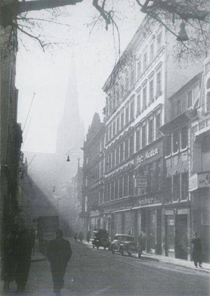 """Ulica Mariacka  """"Zawsze mnie fascynuje na tych zdjęciach ze Stettina ruch uliczny. Miasto robi wrażenie takiego bardziej gęstego, ludnego, dynamicznego niż teraz. Nawet na tym zdjęciu: smutna pustawa współczesność i miejski zgiełk na starym zdjęciu."""""""