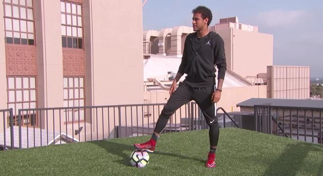 An Olympic gold medal winner and star fútbol player for both Barcelona and Brazil, Neymar Jr added another credential to his name yesterday, scoring the first-ever goal over Hollywood Boulevard.