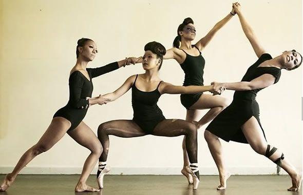 Danza il Kung Fu. Arti in movimento. Un insegnante di fronte alla classe di allievi pronuncia parola in lingua straniera: sono i nomi delle posizioni di base che gli studenti assumono all´unisono, raccogliendo le energie che il lavoro sui muscoli delle gambe richiede. Un nome un comando, un comando una posizione, una posizione una tecnica. È una lezione di Kung Fu o una lezione di danza? Continua su http://www.kungfulife.net/blog/danza-il-kung-fu-arti-in-movimento/