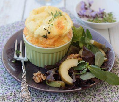 Сырное суфле, нежное, воздушное, легкое и вкусное, в сопровождении свежего салата, булочки и чашки кофе будет идеальным блюдом для субботнего завтрака, есл