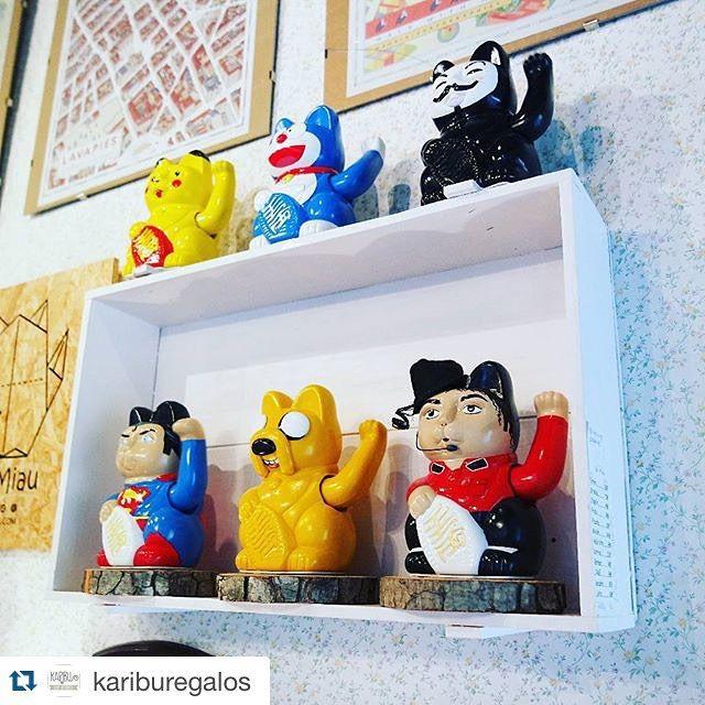 Esto es lo que puedes encontrar en @kariburegalos (Madrid). Un montón de nuestros personajes esperando a que te los lleves todos a casa.   En el barrio de #malasaña  C/Manuela n29 Madrid  www.srmiau.com  #srmiau #madrid #arte #diseño #original #exclusivo #manekineko #luckycat #superman #jake #michaeljackson #vendetta #doraemon #pikachu #cat #gato by srmiau