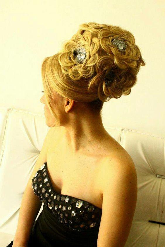 chignon choucroute avec mèches libre et ornements   Chignon, Styles de coiffures, Chignon mariée