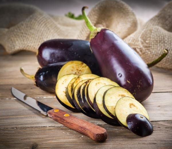 Recetas con berenjenas. La berenjena es un vegetal totalmente extraordinario. Es una de las verduras más consumidas y con un gran valor nutricional por su bajo contenido en grasas. Es perfecta para todo tipo de dietas, en es...