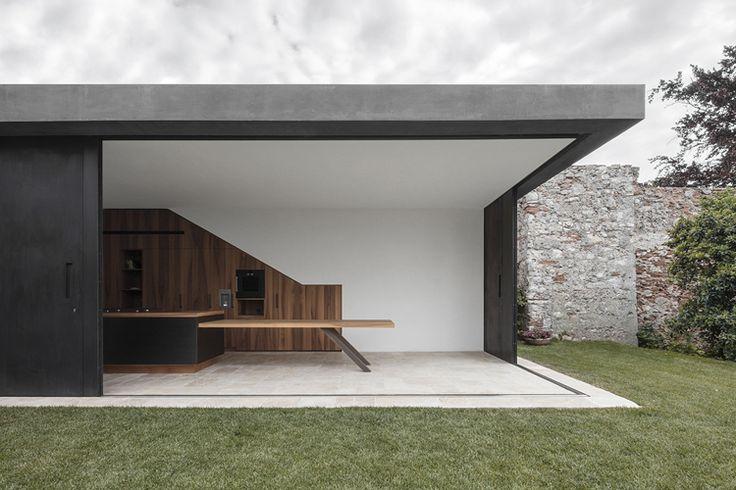 Hou je van de frisse buitenlucht? Met schuiframen creëer je het gevoel alsof je midden in de natuur zit. Een Italiaans architectenbureau slaagt erin de natuur letterlijk ín huis te halen.