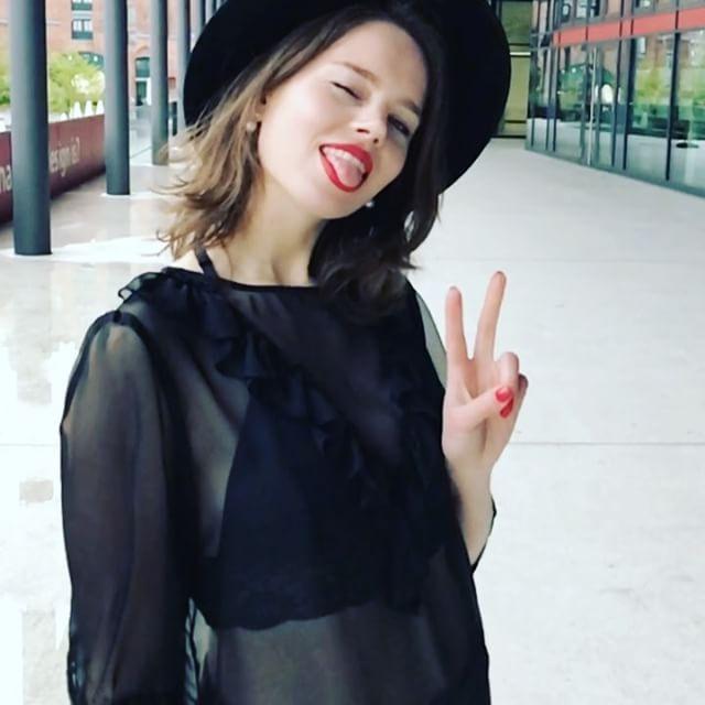Kleine Preview vom Look, der euch morgen früh auf dem Blog erwarten wird! ✌ Und ja, ich liebe die Slo-Mo Funktion!   Habt noch einen schönen Abend, nach 4 Stunden Sport bin ich mehr als platt und reif für's Sofa...  #iamoldnow #boringlife #sorrynotsorry #blogger_de #german #germanblogger #modegeschmack #fitnessgirl #fitnessmotivation #fitfam #fashionstyle #fashioninsta #fashiondiaries #fashionblogger #slomovideo #german #slomo #iphone7 #blackisbeautiful #blackisthenewblack #redlip...