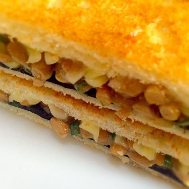 今朝からしばらくは10枚切りイギリスパンです。 今朝は納豆をまぜまぜ、バターを塗ったパンに焼き海苔を敷き、納豆、ピザ用チーズをのせて挟みました。 納豆とネギ、海苔、チーズのコラボが味わえますよ。 - 119件のもぐもぐ - 何でも挟んじゃう  おはようサンド                                                  納豆、チーズ、焼き海苔だよ by mottomotto