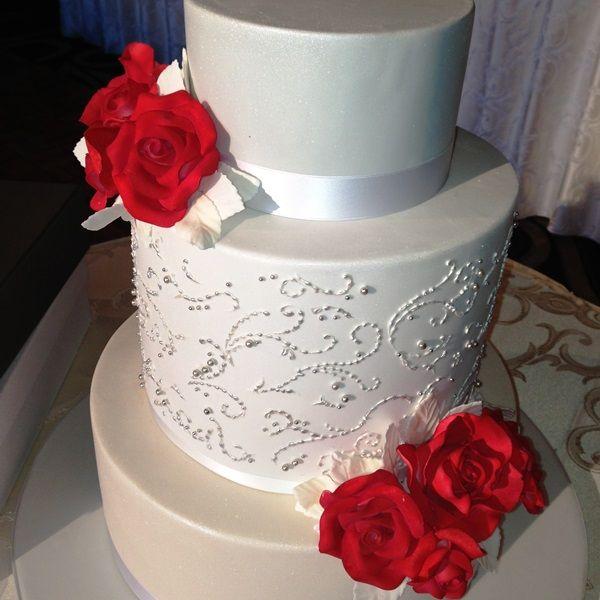 Red roses wedding cake decoration. For more wedding flower designs please go to www.naomijones.com.au.