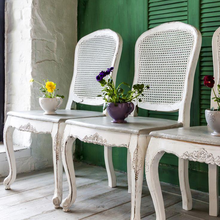 """Роль пышной свиты вокруг обеденного стола могут сыграть стулья """"Живерни"""" из одноименной коллекции мебели для кухни и столовой. Стулья выполнены из натурального дерева вяз с отделкой из ротанга на спинке. Искусные резные маркетри подчеркивают изящность и романтизм изделий.  #мебель, #интерьер, #стул, #прованс, #французскийстиль, #декор, #furniture, #chair, #provence, #frenchstyle, #objectmechty"""