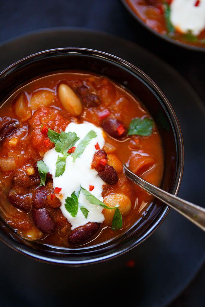 Magisches Chili sin Carne mit Kidneybohnen, weißen Bohnen und gehackten Tomaten. Dieses 20-Minuten Rezept ist vegetarisch, super schnell vorbereitet und absolutes Soulfood. Perfekt für den Feierabend! - Kochkarussell.com #chili #chilisincarne #dinner #soulfood #stew #healthy #vegetarian