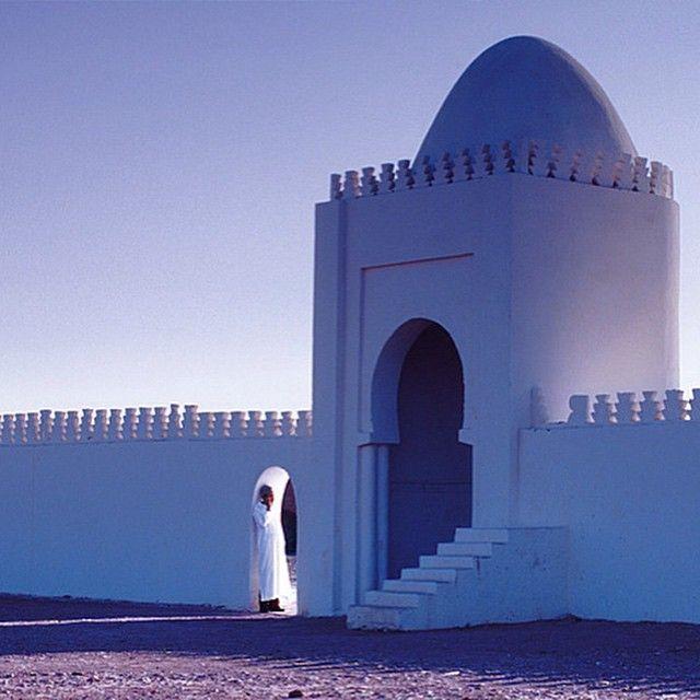 """Марракеш - важнейший культурный центр и один из 4 имперских городов Марокко (здесь несколько веков была столица). Именно этот город дал название своей стране - Марокко.  Марракеш часто называют Красным городом - из-за охряного цвета стен зданий, хотя правильнее было бы величать его коричнево-розовым. На самом деле, имя города переводится с берберского как """"Город Бога"""". #Марракеш #Марокко #путешествуй #город #мечта #новыеместа #отпуск #солнце #городсолнца #Медина #DarLayyina #villa"""