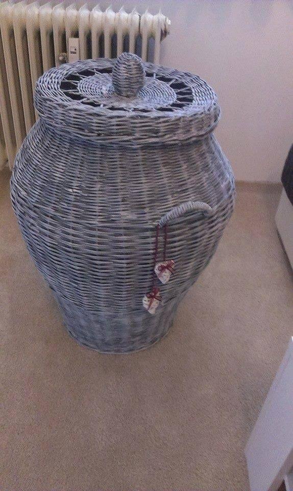 Koš na prádlo šedý s bílou patinou Koš na prádlo,pletený z papírových ruliček. Výška bez úchytu 72cm s úchytem 80cm,průměř dna 35cm,průměr v nejširším bodě 52cm a průměr víka cca 40cm.