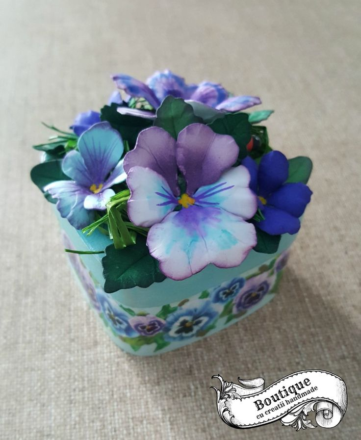 Caseta este decorata in tehnica decoupage pe un suport blank din furnir ,iar florile de pe capac,sunt realizate manual din hartie.Este ideala pentru pastrat bijuterii sau alte obiecte pretioase,si poate infrumuseta orice toaleta cu oglinda,consola sau comoda. Dimensiuni : 6,6 cm / 6,6 cm / inaltime fara flori =4 cm ( cu flori = 7 cm)