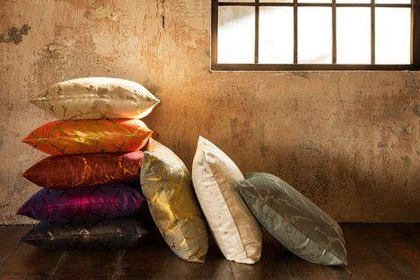 Exkluzivní dekorativní polštáře Christian Fischbacher jsou šité na zakázku. Rozměry mají 50 x 50 cm a cena je 5600 Kč; À la Maison