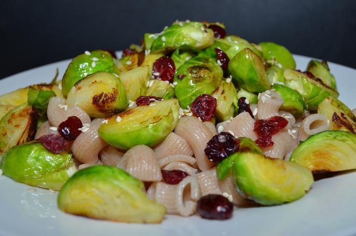 Opečené kapustičky, celozrnné žitné těstoviny, sušené brusinky