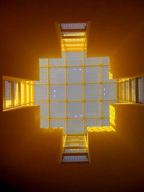 El 2011 todavía tenía una mala noticia que darnos; falleció el Arquitecto Ricardo Legorreta Vilchis, uno de los creativos mexicanos más reconocidos a nivel internacional. Graduado en 1953 de la escuela de arquitectura de la UNAM,