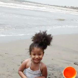 COMO CUIDAR EL CABELLO DE TU NIÑA(O) EN VACACIONES.  Si tomas algunas precauciones, el cabello natural de tu bebe seguirá saludable, no sufrirá ninguna agresión y ustedes estarán tranquilas mientras ellos se divierten todo el día.👌  #Niñas #playa #piscina #cabello rizado #rizos #curlyhair #cloro #niños #bellezaenrizos
