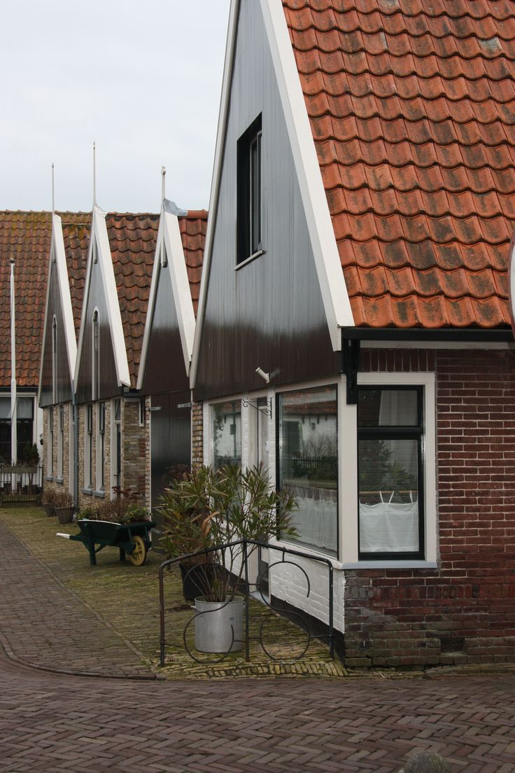 Kenmerkend voor de huizen in Oosterend zijn de groene topgevels.