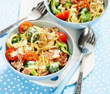 Pasta carbonara är ett gott och uppskattat recept och här är en snabblagad variant som passar utmärkt som vardagsmiddag! Denna carbonara gör du av spaghetti, broccoli, tomat och torrsaltat bacon och blir extra krämig tack vare grädden som blandas ihop med äggulorna.