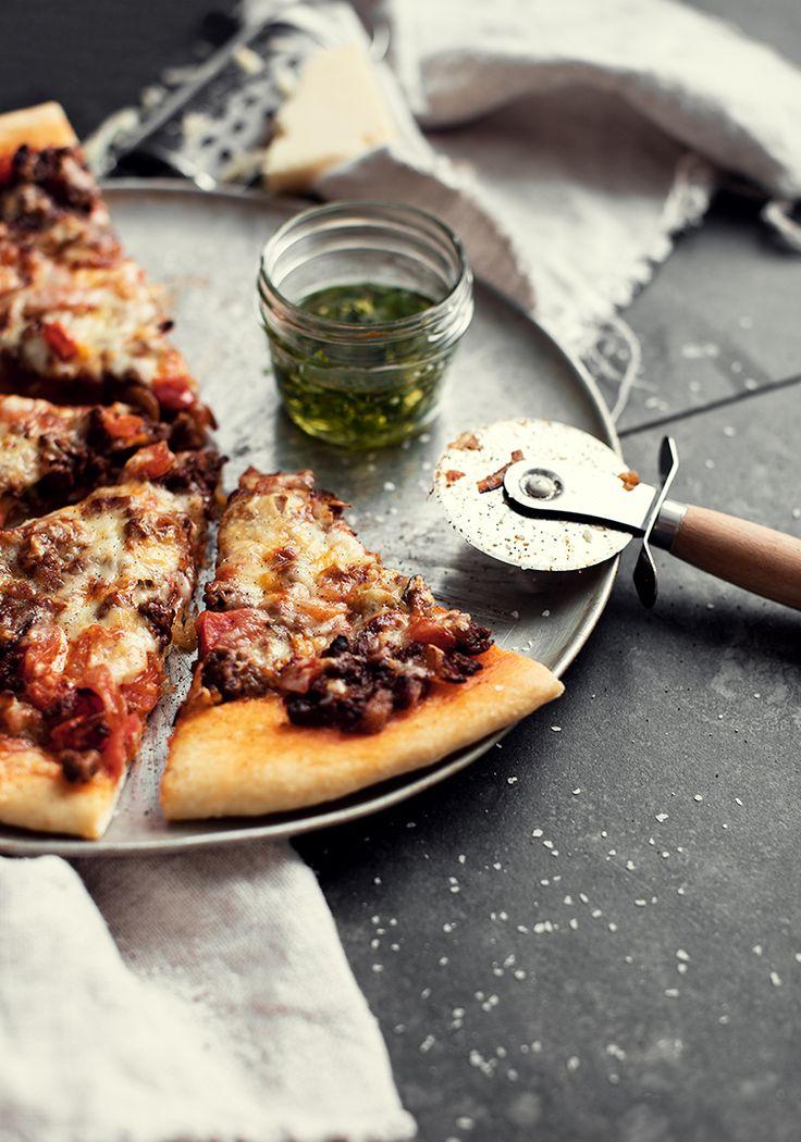 Je ne peux pas croire que j'ai attendu aussi longtemps avant de partager une recette de pizza sur le blogue. Je m'excuse pour ça. J'ai décidé de partir le bal avec ce qu'il y a de plus classique et simple à faire (surtout si vous achetez votre pâte) pour me laisser la chance de vous surprendre de pizza en pizza (je compte en partager plusieurs cette année).