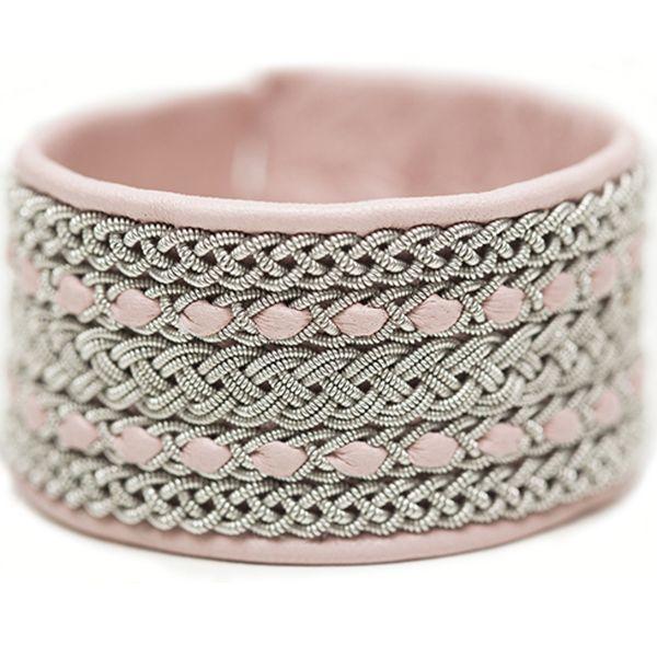 Handgjorda smycken av hög kvalité, tillverkade i både traditionella och nyskapande modeller.