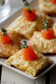 CHEZ SILVIA: Paquetitos de crépes rellenos de crema de quesos, salmón ahumado y huevo.