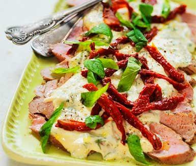 Marinerad fläskfilé med grön örtsås. Superenkelt och supergott! En enkel pastasallad till och festen är hemma...
