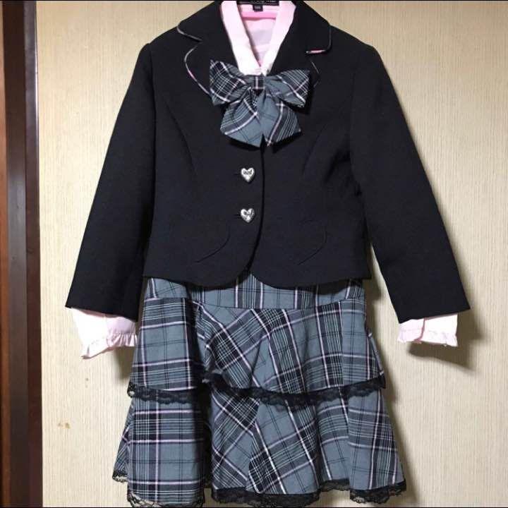 入学式などに女の子のスーツセットです。 ジャケット(黒) リボン ブラウス(ピンク) スカート(グレー地、ラメ入り) ハイソックス(紺地・リラックマ) ジャケットはボタンとポケットがハートの形になっており、娘はかなり気に入っておりました。 スカート丈:約35cm アジャスターゴム付き ハイソックス 約17cm 卒園式と入学式のみの着用です。 スカートの両脇にあるハンガーにかける紐が、片方ファスナーに引っ掛かって切れてしまいましたので、気にされる方はご購入をご遠慮ください。 配送の際、折りたたみますので多少のシワはご了承ください。