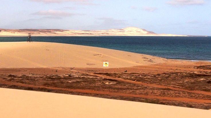 Wie weitläufig die Dünen auf #BoaVista eigentlich sind, da verschätzt man sich gern. Man kann es nur ungefähr erahnen. Dieser *Wachturm* ist ca 3-4 Meter hoch und so klein von der nächsten Düne zu sehen.. Es sind also schon ein paar Meter zu Fuß durch den weichen Dünensand, ehe man so manches Ziel erreicht hat. Das Schönste daran, man hat Zeit, es ist ja Urlaub und so herrlich relaxt durch feinen Sand laufen, das ist Erholung pur, sagt jedenfalls der www.BoaVistianer.de