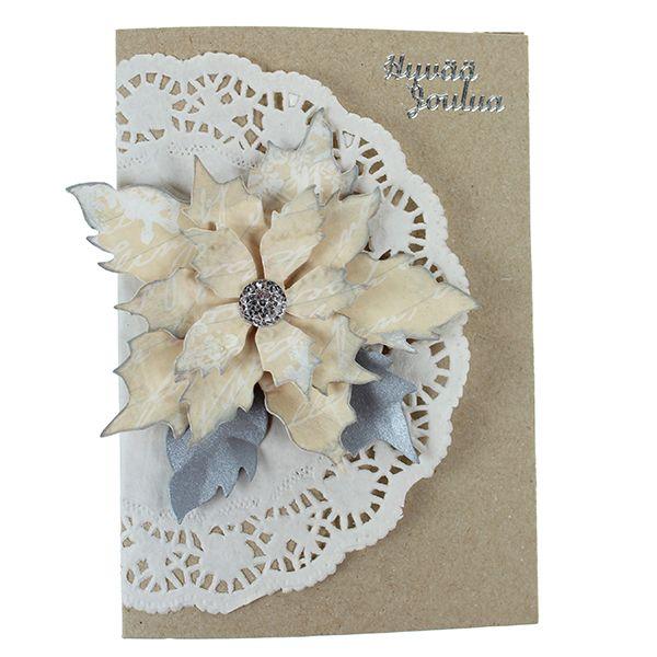 Leikkaa Big Shot -kuvioleikkurin ja terän avulla joulutähti, taivuttele kukan lehtiä ja tuputa terälehtiin hopeista leimasinväriä. Kokoa kukka kohotarrapalojen avulla ja kiinnitä keskelle näyttävä akryylitimantti. Kiinnitä korttipohjaan kakkupaperi, kukka ja Hyvää Joulua -tarra.