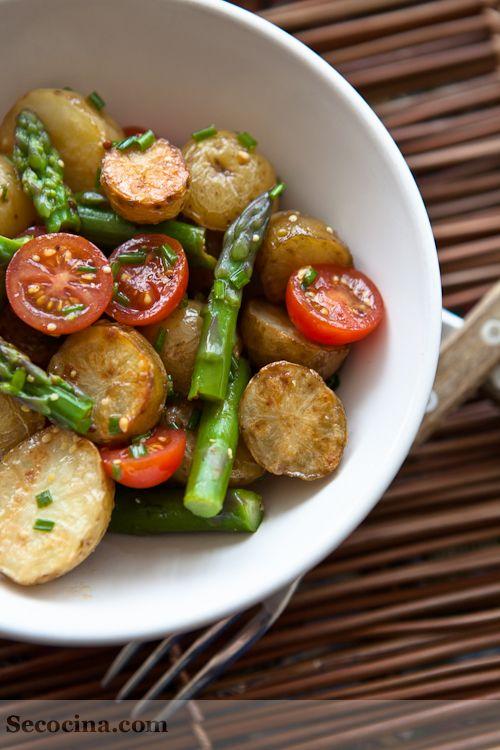 Esta ensalada es verla y quererla: por su colorido, su presencia, aroma y sabor. No quedó ni una patata, ni un espárrago, ni una brizna de cebollino.