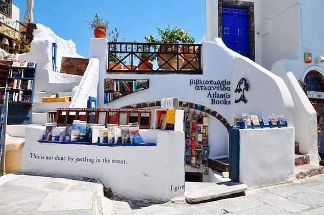 Atlantis Books, Santorini, Yunanistan  Santorini Adası'nın kendine özgün mimarisi, Ege'nin ışıltılı mavisi ve kitaplar birleşince, haliyle dünyanın en güzelci kitapçı dükkânlarından birine dönüşüyor burası...