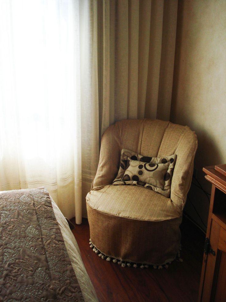 sillón tapizado con bordados