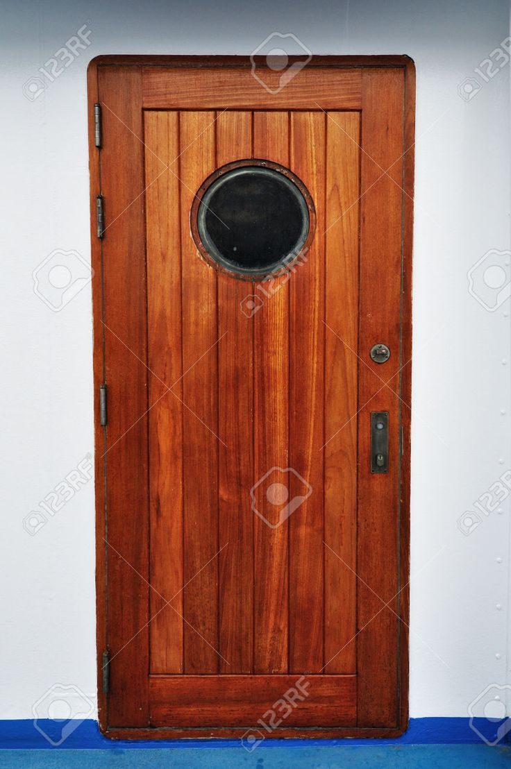 Puerta De La Porta De Madera En Un Barco / Crucero. Fotos, Retratos, Imágenes Y Fotografía De Archivo Libres De Derecho. Image 38084956.