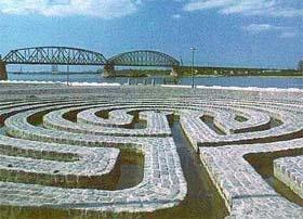 Het Labyrint van Klaus van de Locht Prachtig monument aan de Waalkade in Nijmegen Langs de Waalkade in Nijmegen, vlak bij de spoorbrug, ligt sinds 1982 het kunstwerk Labyrint van Klaus van de Locht (1942 – 2003). Op de grens van water en land, het raakvlak van stad en rivier. Bij hoog water loopt dit klassiek gevormde labyrint onder.