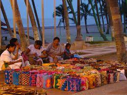 Los wayús practican la poligamia, pues para ellos es signo de prestigio. Todos los matrimonios se consolidan mediante un acuerdo económico o político entre dos familias. Los padres del novio pagan la dote en ganado, caballos o joyas para la futura esposa.
