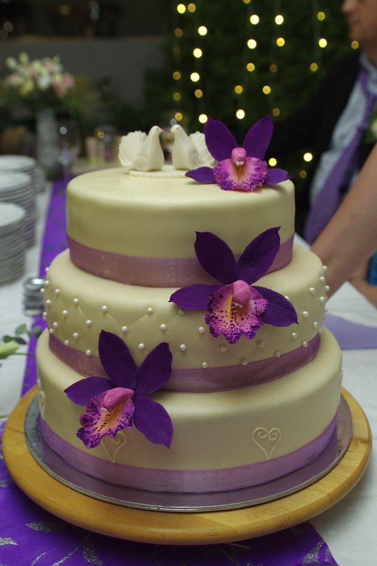 Lányom esküvőjére készült ez a torta. Az orchidea cukorból készült.