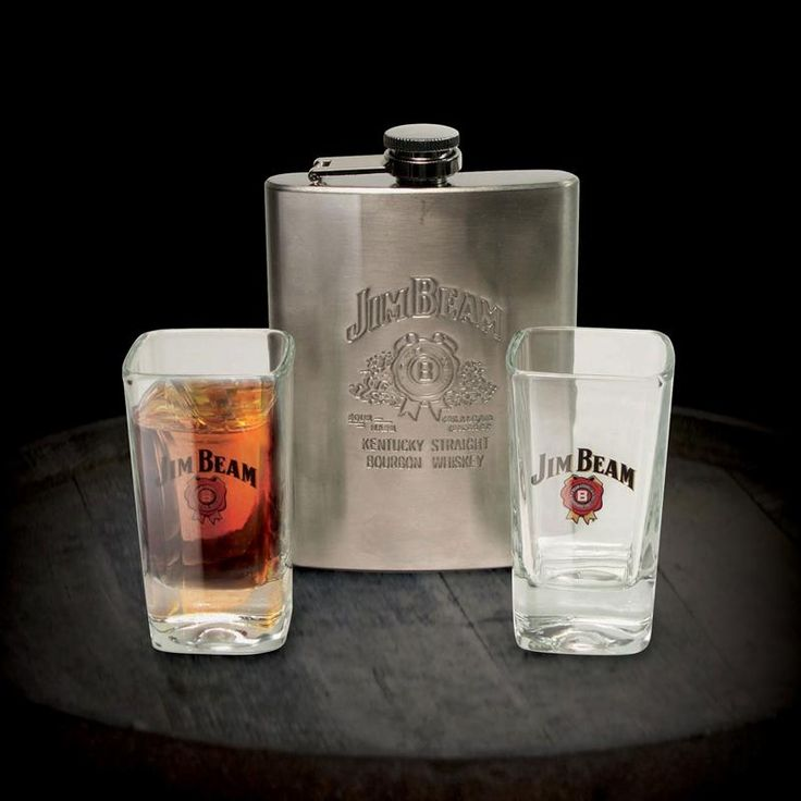 Enjoy a dram on the go with this stylish flask and two shot glasses.