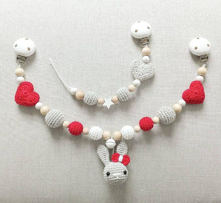 Statt Häkelsternen auch gern mit Herzen :-) Hier in rot, weiß und grau Die passende Schnullerkette w - tina_empunkt