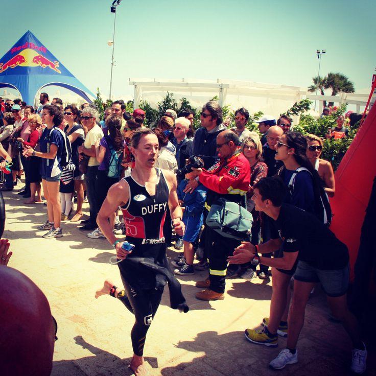 di corsa verso le bike per la seconda prova di #triathlon #ironman #pescara