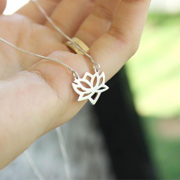 Colar flor de lótus feito à mão em prata. A joia pode ser feita em ouro. Joia personalizada.
