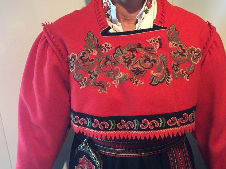 Nydelig bunad som er brukt kun 2 ganger - som ny. Stakk, jakke, skjorte, veske, hårvippe og mansjettknapper. Størrelse ca. 40 -42