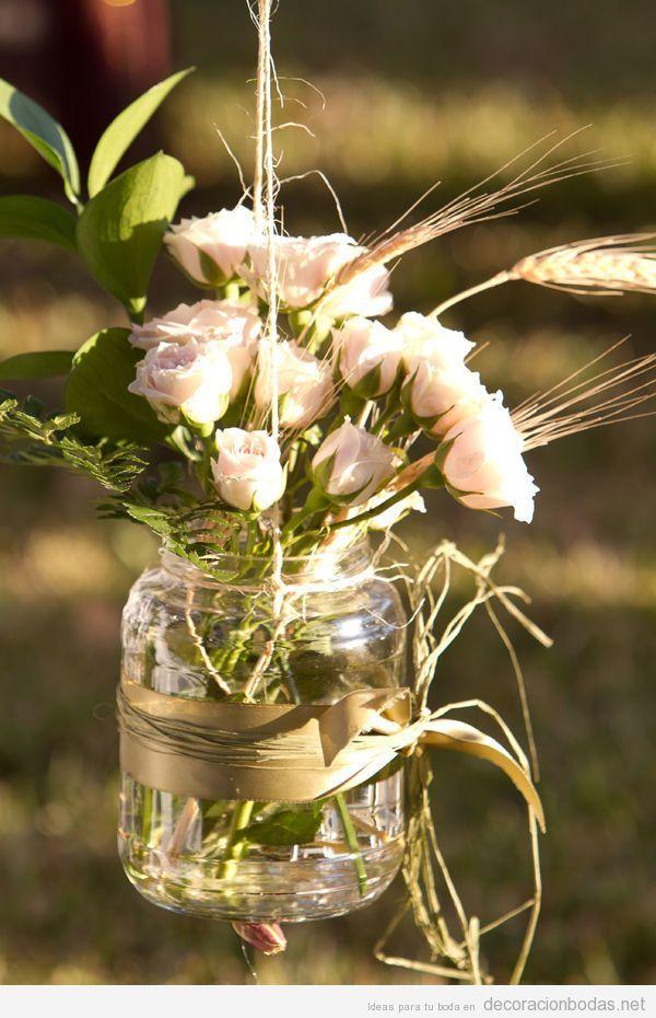 Idea original para decorar boda en jardín, jarrón con flores colgado