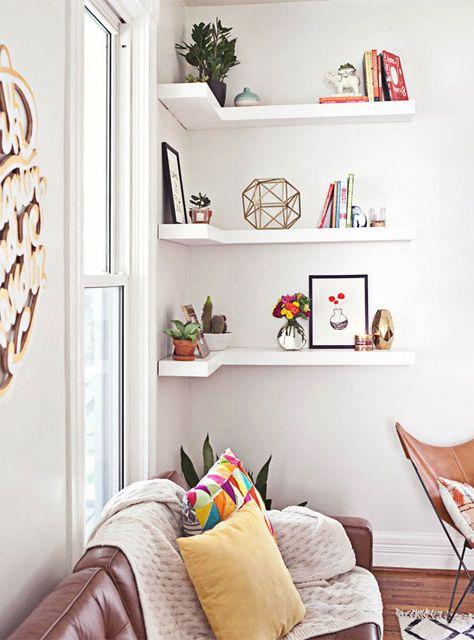 Cómo rellenar esquinas y encuentros de paredes en un cuarto. La típica biblioteca en L puede servir de exposición de objetos.