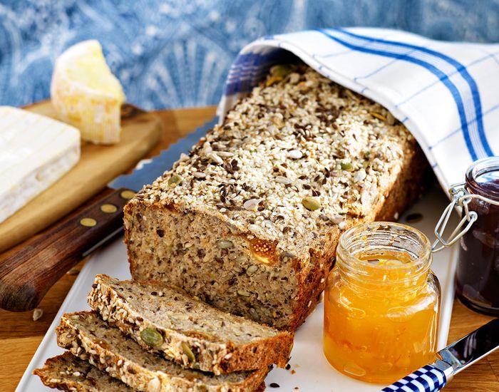 Eplet gjør brødet saftig, og fikenene gir sødme til dette brødet som er uten…