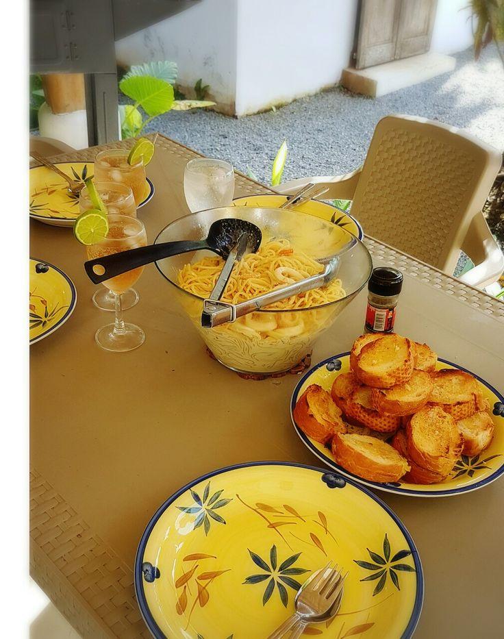 Deliciosos espaguetis con camarones y calamares en salsa blanca y una rica sandria! By Adri