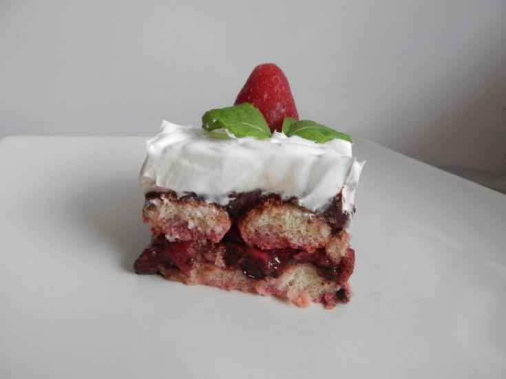 Nepečená torta s pudingom a jahodami